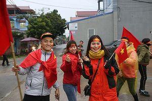 Cổ động viên ùn ùn đến nhà, bố Quang Hải bỏ kế hoạch ra Mỹ Đình