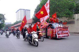 CĐV diễu hành rầm rập trên phố Hà Nội trước chung kết AFF Cup
