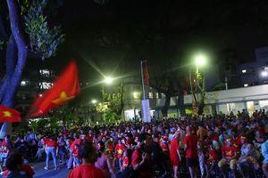 Bệnh nhân 'nhuộm đỏ' sân bệnh viện để cổ vũ đội tuyển Việt Nam