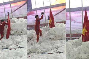 Dân mạng bất ngờ chia sẻ lại hình ảnh Duy Mạnh cắm cờ ở Thường Châu kèm lời chúc ý nghĩa: 'Lần này ngẩng cao đầu nhé'