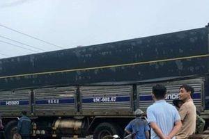 Lâm Đồng: Xe tải mất lái tông sập lan can cầu