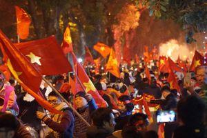 Người người cùng đổ ra đường ăn mừng chức vô địch của đội tuyển Việt Nam