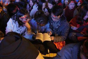 CĐV cứng nhất năm: Hàng triệu NHM hò hét cổ vũ Việt Nam dẫn trước vẫn lấy sách ra học chỉ vì 1 lý do này