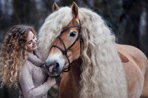'Cô ngựa' có 'mái tóc' vàng lượn sóng gây sốt cộng đồng mạng
