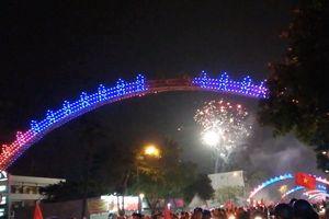 Người hâm mộ Nghệ An bắn pháo hoa mừng chiến thắng của tuyển Việt Nam