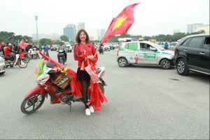Trước trận chung kết giữa Việt Nam vs Malaysia, giá bán cờ hoa tăng đột biến