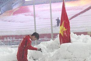 Hình ảnh Duy Mạnh cúi đầu trước quốc kỳ ở Thường Châu