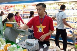Nhân viên siêu thị mặc áo đỏ sao vàng cổ cũ đội tuyển bóng đá Việt Nam