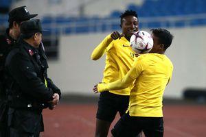 Cầu thủ Malaysia biểu diễn kỹ thuật cho nhân viên an ninh sân Mỹ Đình xem