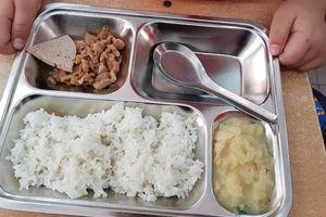 Xôn xao suất cơm của học sinh Thủ đô chỉ có ít thịt rang, khoai tây và miếng giò mỏng