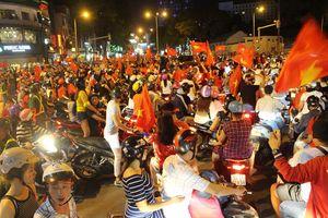 'Việt Nam có cúp vàng, nếu ngủ bụi cũng vui'
