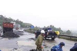 'Vá đường'chi chít ổ gà gây tai nạn ở Phú Yên gặp khó vì thời tiết