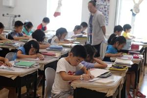 Phụ huynh Trung Quốc chi 'tiền tấn' cho con học thêm