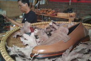 Thợ giày ở Bandung, Indonesia đóng giày bằng da chân gà