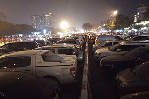 Bãi gửi xe tự phát 'chặt chém' 300.000 đồng/lượt gửi ô tô