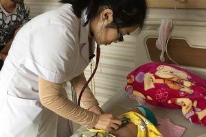 Bé 2 tháng tuổi bị ho gà, điều trị sai dẫn đến biến chứng viêm phổi