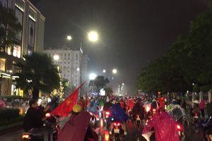 Cổ động viên Huế đội mưa xuống đường ăn mừng chiến thắng