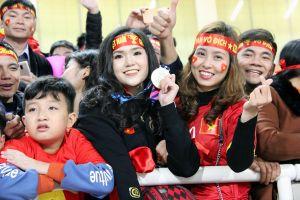 HOT: Cô gái được Duy Mạnh tặng HCV ngay sau khi đội tuyển Việt Nam vô địch là ai?