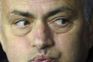 Lâm vào 'cửa tử', HLV Mourinho bất ngờ... khen học trò