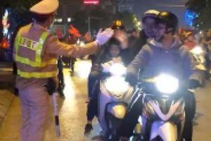 Clip chiến sỹ CSGT đập tay ăn mừng cùng đoàn đi 'bão' gây thích thú