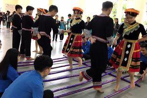 Hơn 2.000 học sinh tham gia ngày hội trò chơi dân gian