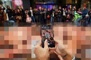 50 người 'khỏa thân, bôi máu giả' xuống đường tuần hành ở Barcelona
