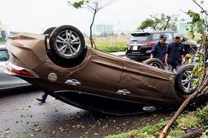 Ô tô lật ngửa giữa đường do tài xế mất lái lao xe lên vỉa hè