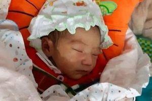 Trẻ sơ sinh 1 tuần tuổi bị vứt ở chùa trong đêm rét căm căm