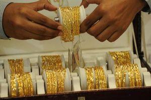 Giá vàng lình xình gần đáy, giá USD tự do tăng mạnh