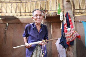 Thanh kiếm kỳ dị bị 'ma xó nhập' vào của người Lào ở Điện Biên