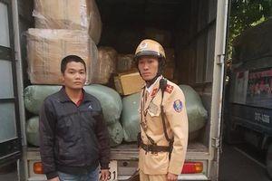 Bắt giữ xe tải thư báo chở nhiều thuốc tây không rõ nguồn gốc