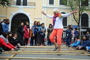 Làm thế nào để kéo khách du lịch tới Việt Nam ra đường tiêu tiền?
