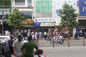 Kẻ cướp ngân hàng ở TP.HCM đốt xe máy bỏ trốn