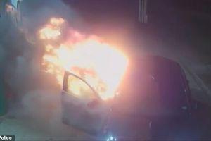 Hai bợm nhậu say rượu, liều lĩnh đốt xe ngay tại trạm xăng lúc nửa đêm
