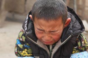 Bố mất, mẹ ôm tiền bỏ đi, bé trai 7 tuổi gào khóc cầu xin được vào trại trẻ mồ côi vì lý do cảm động này