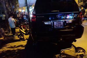 Hà Nội: Nữ tài xế xe Lexus gây tai nạn liên hoàn, hạ gục 10 xe máy có cả xe CSGT