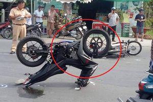 Clip: Hiện trường tai nạn oái oăm, xe máy Winner chổng ngược 2 bánh lên trời