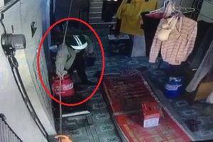 Thanh niên ung dung mở khóa trộm bình ga giữa ban ngày ở Hà Nội