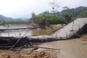 Đang đổ bê tông, cây cầu bất ngờ đổ sập xuống sông ở Yên Bái