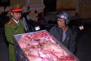 Bắt giữ hàng tạ thịt lợn đã bốc mùi hôi thối đang trên đường tiêu thụ