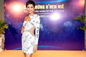 H'Hen Niê mặc váy in tên mình, khoe đường cong táo bạo ở tiệc mừng