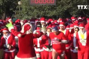 Độc đáo cuộc thi chạy của hàng trăm ông già Noel ở Mexico