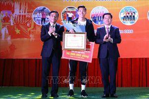 Đoàn Văn Hậu nhận 'mưa' tiền thưởng tại quê nhà Thái Bình