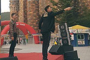 Có ai chiều lòng fans như Isaac, vừa hát vừa bước trên 'cầu ghế' bắt tay từng người