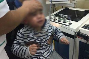 Hóc miếng nhựa đồ chơi, bé trai 2 tuổi hoảng loạn gào khóc