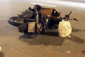 Xe máy nổ lốp, cô gái đội mũ bảo hiểm 'đểu' ngã đập đầu tử vong