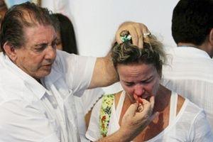 Bác sĩ chữa bệnh bằng linh hồn cho nhiều người nổi tiếng hãm hiếp hơn 300 phụ nữ đã ra trình diện