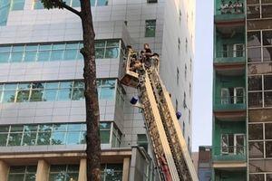 Cứu 7 người mắc kẹt trong căn nhà bị cháy lúc rạng sáng