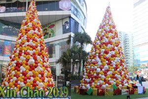 Độc đáo cây thông Noel cao 12m được dựng từ 2.000 chiếc nón lá ở Hà Nội