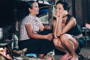 H'Hen Niê 'gây bão' cộng đồng mạng quốc tế với hình ảnh giản dị bên mẹ